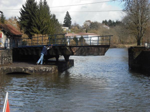 Le Pont Tournant de Celles en mouvement